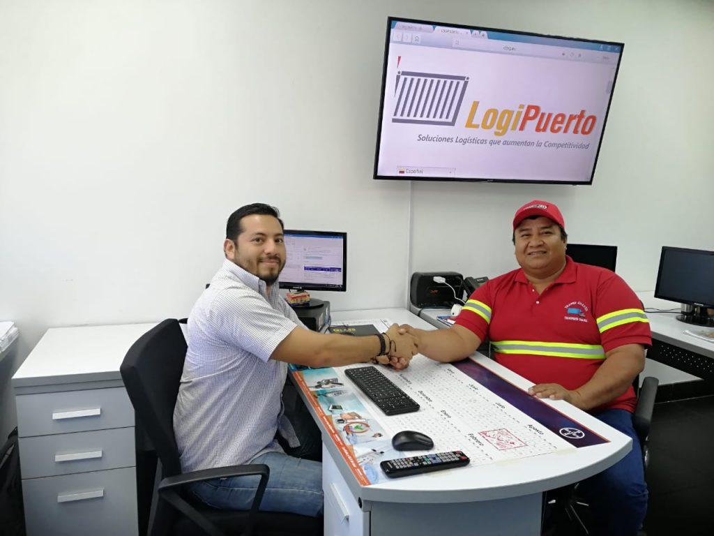 El TRansportista Carlos Chávez en las oficinas de LogiPuerto com Juan José Avilés, del área de operaciones de banano.